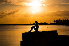 όμορφη σκιαγραφία κοριτσ& Στοκ φωτογραφία με δικαίωμα ελεύθερης χρήσης
