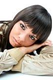 Όμορφη σκοτεινή τοποθέτηση γυναικών τριχώματος Στοκ φωτογραφίες με δικαίωμα ελεύθερης χρήσης