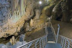 Όμορφη σπηλιά σε Antiparos με τους σταλακτίτες και τους σταλαγμίτες Στοκ φωτογραφία με δικαίωμα ελεύθερης χρήσης