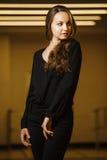 Όμορφη στάση γυναικών brunette και σεξουαλικό κοίταγμα κατά μέρος Στοκ Εικόνες