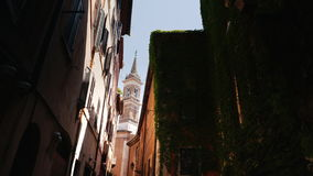 Όμορφη στενή οδός στο παλαιό μέρος της Ρώμης, Ιταλία Κτήρια που καλύπτονται μεσαιωνικά με τον κισσό steadicam πυροβολισμός φιλμ μικρού μήκους