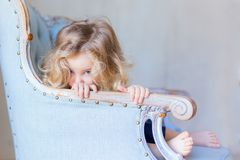 Όμορφη όμορφη συνεδρίαση κοριτσιών μικρών παιδιών που φαίνεται τιμαλφή αντικείμενα Στοκ φωτογραφίες με δικαίωμα ελεύθερης χρήσης
