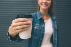 Όμορφη συνεδρίαση κοριτσιών στην οδό με τον καφέ και τη χαλάρωση πρωινού Στοκ Εικόνα