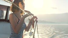 Όμορφη συνεδρίαση κοριτσιών στη βάρκα φιλμ μικρού μήκους