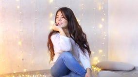 Όμορφη συνεδρίαση κοριτσιών στο πάτωμα στο δωμάτιο και τοποθέτηση στη κάμερα για τη νέα φωτογραφία έτους ` s απόθεμα βίντεο