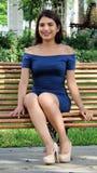 Όμορφη συνεδρίαση έφηβη και κομψότητας στο πάρκο Στοκ φωτογραφία με δικαίωμα ελεύθερης χρήσης