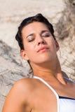 Όμορφη συνεδρίαση γυναικών στη χρυσή άμμο παραλιών στοκ φωτογραφία με δικαίωμα ελεύθερης χρήσης