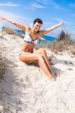 Όμορφη συνεδρίαση γυναικών στη χρυσή άμμο παραλιών στοκ εικόνα με δικαίωμα ελεύθερης χρήσης