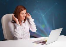 Όμορφη συνεδρίαση γυναικών στο γραφείο και δακτυλογράφηση στο lap-top με το abstra Στοκ φωτογραφία με δικαίωμα ελεύθερης χρήσης