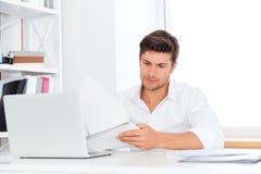 Όμορφη συνεδρίαση επιχειρηματιών στο γραφείο και χρησιμοποίηση του lap-top Στοκ φωτογραφία με δικαίωμα ελεύθερης χρήσης