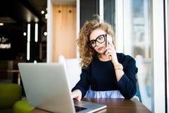 Όμορφη συνεδρίαση εργασίας επιχειρηματιών στο γραφείο της στο γραφείο laptop look Στοκ εικόνα με δικαίωμα ελεύθερης χρήσης