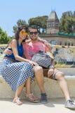 Όμορφη συνεδρίαση ζευγών αγάπης σε έναν πάγκο σε ένα πάρκο Guel, Βαρκελώνη, Ισπανία Στοκ Εικόνες