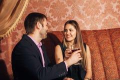 Όμορφη συνεδρίαση ζευγών σε ένα φανταχτερό εστιατόριο και ομιλία Στοκ φωτογραφίες με δικαίωμα ελεύθερης χρήσης