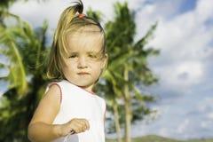 Όμορφη συνεδρίαση μικρών κοριτσιών στην προκυμαία και τα παιχνίδια Στοκ Φωτογραφία