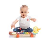 Όμορφη συνεδρίαση μωρών και παιχνίδι με το metallophone Στοκ εικόνα με δικαίωμα ελεύθερης χρήσης