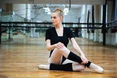 Όμορφη συνεδρίαση ballerina στο πάτωμα Στοκ Φωτογραφία