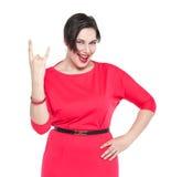 Όμορφη συν το μέγεθος η γυναίκα στο κόκκινο φόρεμα με τη χειρονομία κέρατων απομονώνει Στοκ φωτογραφίες με δικαίωμα ελεύθερης χρήσης
