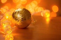 Όμορφη σφαίρα Χριστουγέννων στον πίνακα στοκ εικόνες