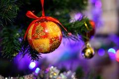 Όμορφη σφαίρα Χριστουγέννων στο δέντρο Στοκ φωτογραφία με δικαίωμα ελεύθερης χρήσης