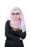 Όμορφη σύγχρονη νέα ασιατική μουσουλμανική επιχειρησιακή γυναίκα που κρατά ένα μολύβι στοκ φωτογραφία με δικαίωμα ελεύθερης χρήσης
