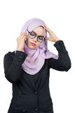 Όμορφη σύγχρονη νέα ασιατική μουσουλμανική επιχειρησιακή γυναίκα που κρατά ένα κινητό τηλέφωνο και είναι πονοκέφαλος στοκ εικόνες