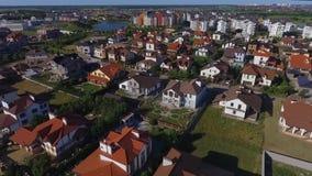 Όμορφη σύγχρονη πόλη Οριζόντια άποψη των στεγών των ευρωπαϊκών σπιτιών ευρωπαϊκά σπίτια Krasnodar, γερμανικό χωριό πλάνο φιλμ μικρού μήκους