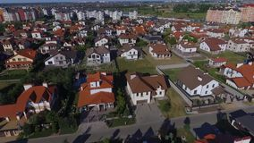Όμορφη σύγχρονη πόλη Οριζόντια άποψη των στεγών των ευρωπαϊκών σπιτιών ευρωπαϊκά σπίτια Krasnodar, γερμανικό χωριό πλάνο απόθεμα βίντεο