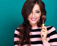 Όμορφη σύνθεση εκμετάλλευσης και διαφήμισης γυναικών makeup ευτυχής pow Στοκ φωτογραφία με δικαίωμα ελεύθερης χρήσης