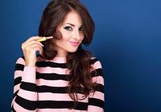 Όμορφη σύνθεση εκμετάλλευσης και διαφήμισης γυναικών makeup ευτυχής pow Στοκ Φωτογραφία