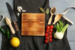 Όμορφη σύνθεση με τον κενούς ξύλινους πίνακα και τα λαχανικά Έννοια κατηγοριών μαγειρέματος στοκ φωτογραφίες με δικαίωμα ελεύθερης χρήσης