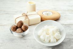 Όμορφη σύνθεση με shea το βούτυρο, το σαπούνι και τα καρύδια στοκ εικόνα με δικαίωμα ελεύθερης χρήσης