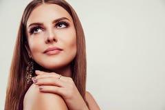 Όμορφη τέλεια σύνθεση γυναικών που φορά τα κοσμήματα στο άσπρο υπόβαθρο στοκ εικόνες