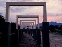 Όμορφη τέχνη της αρχιτεκτονικής στο πανεπιστημιακό πάρκο Tadulako στοκ εικόνα