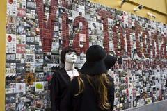 Όμορφη τέχνη τοίχων στο Μιλάνο μέσα μέσω Tortona, με ένα κορίτσι που στέκεται στον τοίχο, Στοκ Φωτογραφίες