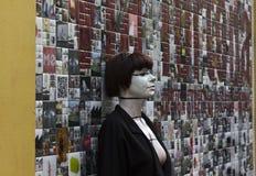 Όμορφη τέχνη τοίχων στο Μιλάνο μέσα μέσω Tortona, με μια στάση κοριτσιών Στοκ Εικόνα