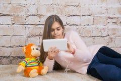 όμορφη ταμπλέτα κοριτσιών Στοκ φωτογραφία με δικαίωμα ελεύθερης χρήσης