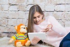 όμορφη ταμπλέτα κοριτσιών Στοκ εικόνα με δικαίωμα ελεύθερης χρήσης