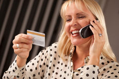 όμορφη τηλεφωνική γυναίκα Στοκ εικόνες με δικαίωμα ελεύθερης χρήσης