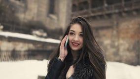 Όμορφη τηλεφωνική ομιλία κοριτσιών Brunette απόθεμα βίντεο