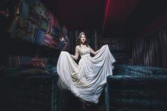 Όμορφη τιάρα κοσμήματος φορεμάτων σουλτάνας γυναικών στο ασιατικό styl Στοκ εικόνα με δικαίωμα ελεύθερης χρήσης