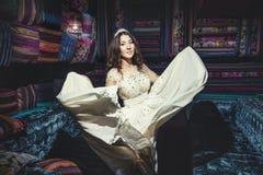 Όμορφη τιάρα κοσμήματος φορεμάτων σουλτάνας γυναικών στο ασιατικό styl Στοκ Εικόνες