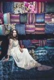Όμορφη τιάρα κοσμήματος φορεμάτων σουλτάνας γυναικών στο ασιατικό styl Στοκ φωτογραφίες με δικαίωμα ελεύθερης χρήσης