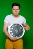 Όμορφη τοποθέτηση ατόμων με το ρολόι Στοκ Φωτογραφία