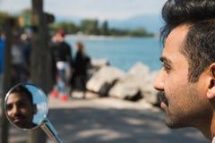 Όμορφη τοποθέτηση ατόμων σε ένα μηχανικό δίκυκλο Στοκ Φωτογραφία