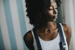Όμορφη τοποθέτηση γυναικών αφροαμερικάνων στο παντελόνι τζιν στοκ φωτογραφία