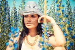 Όμορφη τοποθέτηση γυναικών κάουμποϋ στον τομέα χωρών Στοκ Φωτογραφίες