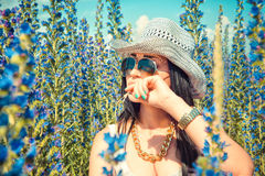 Όμορφη τοποθέτηση γυναικών κάουμποϋ στον τομέα χωρών Στοκ Εικόνες