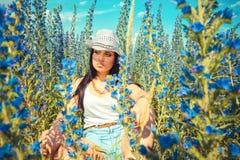 Όμορφη τοποθέτηση γυναικών κάουμποϋ στον τομέα χωρών Στοκ Εικόνα