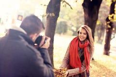 Όμορφη τοποθέτηση γυναικών στη κάμερα στο πάρκο Στοκ εικόνες με δικαίωμα ελεύθερης χρήσης
