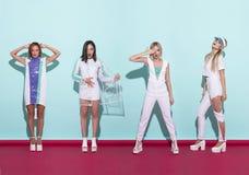 Όμορφη τοποθέτηση γυναικών, στο μπλε και κόκκινο υπόβαθρο λευκό ενδυμάτων Πυροβολισμός μόδας Στοκ Εικόνες